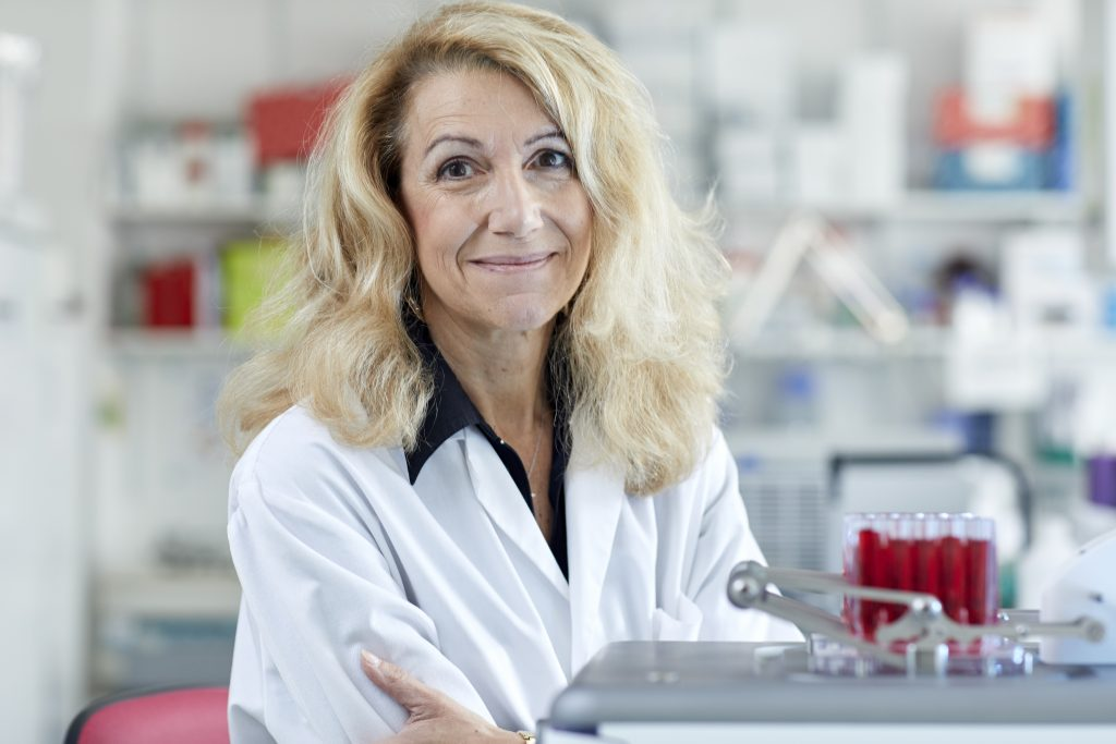 Picture of Patrizia Paterlini-Bréchot next to the Iset blood filtration machine